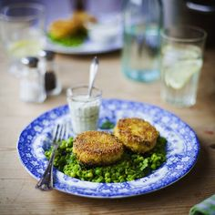 Crispy fish cakes with minty mushy peas and tartar sauce! Is it lunchtime yet?