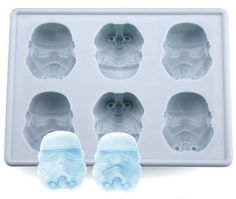 Have tons of fun in the kitchen with this totally awesome ice cube tray! With this nifty little tray you can make jelly, chocolate, cakes and ice (or course), all in the shape of the mighty Stormtrooper. A great gift idea for Star Wars super Star Wars Film, Star Trek, Star Wars Birthday, Star Wars Party, 5th Birthday, Birthday Wishes, Birthday Ideas, Silicone Ice Trays, Silicone Molds