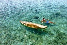 Taman Nasional Wakatobi memiliki potensi sumberdaya alam laut yang bernilai tinggi baik jenis dan keunikannya, dengan panorama bawah laut yang menakjubkan. Secara umum perairan lautnya mempunyai konfigurasi dari mulai datar sampai melandai kearah laut, dan beberapa daerah perairan terdapat yang bertubir curam. Kedalaman airnya bervariasi, bagian terdalam mencapai 1.044 meter dengan dasar perairan sebagian besar berpasir dan berkarang.