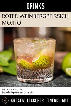 Mojito mit Pfirsich, Minze, Rum - lecker! Limettenviertel mit dem Zucker und den Minzblättern in ein Longdrink Glas geben und muddeln. Crushed Ice hinzugeben, mit Rum und Roter Weinbergpfirsich Likör auffüllen. Umrühren. #weinbergpfirsich #mojito #cocktail #drink Mojito, Rum, Shot Glass, Tableware, Mint, Sugar, Amazing, Dinnerware, Dishes