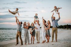 55 Most Stunning Family Photos of The 55 Most Fascinating Family Photos of 2019 - Seriously!The 55 Most Fascinating Family Photos of 2019 - Seriously! Extended Family Pictures, Summer Family Photos, Large Family Photos, Family Picture Poses, Family Picture Outfits, Family Beach Pictures, Family Photo Sessions, Family Posing, Beach Photos
