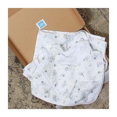 Set de externare din spital pentru nou-născut cu pled cu grosime potrivită pentru sezoanele de tranziție și vară. Include body, salopeta, pled, căciulița, bărbița - bandana și mânuși. Ambalare pentru cadou.  #nounascut, #externaredinspital, #maternitate, #set, #bebe, #musthave, #pled Casual Shorts, Women, Fashion, Bebe, Moda, Fashion Styles, Fashion Illustrations, Woman