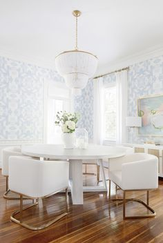 4 tips to successfully decorate your living room Ill take this dining room please!Mykonos Blue wallpaper in a custom scale for interiors. Room Design, Dining, Dining Room Design, Home Decor, Round Dining Table, Dining Room Wallpaper, Elegant Dining Room, Dining Room Blue, Dining Room Chandelier