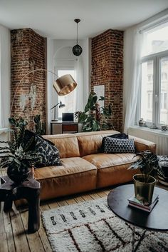 New Living Room Brown Leather Couch Boho Ideas Brown Couch Living Room, Boho Living Room, Living Room Furniture, Brown Furniture, Leather Furniture, Industrial Furniture, Living Room Brick Wall, Brown Couch Decor, Brick Bedroom