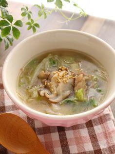お好みで麺を入れてもいいんですが(笑)白菜をざくざく食べる感じのスープです。 これから白菜が冷蔵庫にあることも増えてくるのではないでしょうか?大量にあるときなどにぜひ。 あっさりだけど肉も入ってコクもある。隠し味は最後に加えるオイスターソース。 ご飯のおともはもちろん、夜食にもお勧めです。(肉なしでも美味しいです) Cheeseburger Chowder, Food And Drink, Soup, Cooking, Ethnic Recipes, Life, Gastronomia, Japanese Recipes, Boneless Chicken