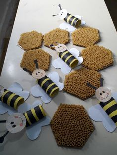 Use more empty rolls,cut-sliced, to create the honey combs. Use more empty rolls,cut-sliced, to create the honey combs. Bug Crafts, Daycare Crafts, Paper Crafts, Valentine Crafts For Kids, Summer Crafts, Draw A Hexagon, Bee Activities, Bee Party, Bee Theme