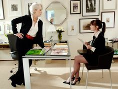 Miranda Priestly (Meryl Streep) and Andrea (Anne Hathaway) in The Devil Wears Prada : I always love watching this movie! Devil Wears Prada, Anne Hathaway, Meryl Streep, Patricia Field, Andy Sachs, Gq, Miranda Priestly, Neue Outfits, Work Outfits
