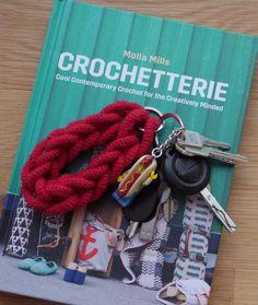 """Ich habe einen Schlüsselanhänger aus dem neuerschienenen Buch """"Crochetterie"""" von Molla Mills gehäkelt. Ich hab mich so gefreut, als das Buch endlich auf Englisch erschienen ist. Wenn ihr auch Fan seid und Lust auf den gehäkelten Schlüssenanhänger in Ketten-Optik habt, dann schaut mal bei meinem Blog vorbei: http://omniview.jimdo.com/2016/10/03/schl%C3%BCsselanh%C3%A4nger-h%C3%A4keln/"""