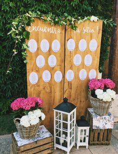 Se atinó plan en madera con papelería redonda, para una boda romántica.