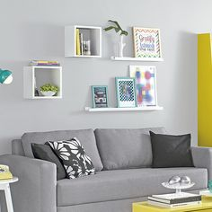 FOWALL PRATELEIRA P/ QUADROS 4X90X9 Sofa, Couch, Deco Design, Ideas Para, Floating Shelves, Living Room Designs, Small Spaces, Furniture, Collages