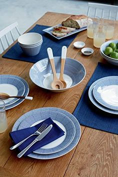 Buy direct from Royal Doulton the coastal inspired Pacific tableware collection, featuring textured shells and crashing waves for relaxed dining. Modern Dinnerware, Dinnerware Sets, Gordon Ramsay, Royal Doulton, Dinner With Friends, Dinner Plates, Bowl Set, Tableware, Kitchenware