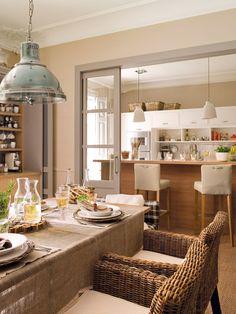 Cocina con barra para desayunar , y un office justo al lado .