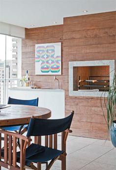 Neste terraço concebido pela designer de interiores Adriana Fontana, o banco em L aproveita a área junto ao guarda-corpo para acomodar os convidados. Construído com as mesmas tábuas de bambu prensado do piso, recebeu futons de lona estampada para ganhar conforto