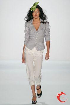 Anja Gockel - eleganter, blau-weißer Damenblazer mit breitem Rever. Dazu eine schmale 7/8 Hose in weiß.