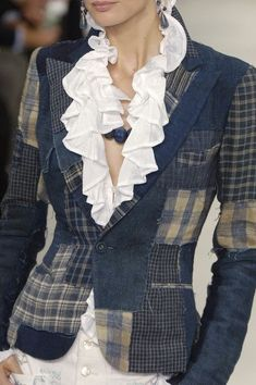 Cute patchwork denim blazer from old jeansIdeas about Color Trends: Ralph Lauren at New York Spring 2006 (Details)tweed, plaid and denimInspiration for upcycling, this is actually Ralph Lauren denim patchwork jacket reminds me so much of the plai Denim Fashion, Look Fashion, Womens Fashion, Fashion Design, Ropa Upcycling, Kleidung Design, Estilo Denim, Diy Vetement, Denim Ideas