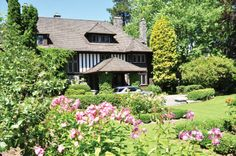 A Landmark in Shaughnessy   都鐸閒情:這座充滿了藝術感與工藝感,興建於1912年的都鐸王朝風格建築佔據了Shaughnessy's Crescent的主要位置。其「唐頓莊園」式的內部裝潢設計,由著名設計師Samuel Maclure傾力打造。房屋狀況極佳,花園修剪精美,更被指定為建築文化遺產,確認了其珍貴的歷史價值,直至今日這裏依然是一處完美的居所。CAN $18,800,000
