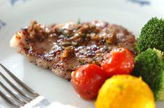 マリネ液に漬け込んだ豚肉は、ハーブの香りが染み込んでワンランク上の味に。豚肉のマリネ焼き/中島 和代/杉本 亜希子のレシピ。[洋食/焼きもの、オーブン料理]2013.04.15公開のレシピです。