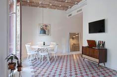 Y despedimos la semana desde un apartamento relajante pero lleno de vitalidad. Se trata de una vivienda de 97 m2 ubicada en Barcelona, reformada por Andrea Serboli y Matteo Colombo, de CaSA, y Marg…