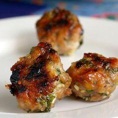 Boulettes de poulet vietnamiennes 1 poulet haché Sauce de poisson 3 cc 1/2 petit oignon , haché 2 gousses d'ail , hachées finement 1 tige de citronnelle , partie intérieure blanche . Coriandre haché Menthe hachée 1/2 c de fécule de maïs 1/2 cuillère à café de sel quelques tours de moulin de poivre noir fraîchement moulu sucre granulé pour rouler les boulettes de viande, environ 1