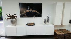Plexi foto art en hoogglans wit hangend dressoir van private label ZoNi, met hangende kasten