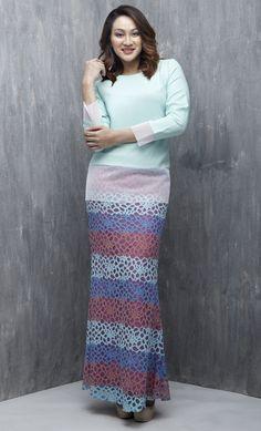 EMEL X DYNAS MOKHTAR - PORPITA - Modern Baju Kurung with Mesh (Green) A modern, edgy baju kurung with with mesh hemming on top and sleeve. With beautiful trio coloured lace to create a synchronised look. #emelxCLPTS #emelxDynasMokhtar #emelbymelindalooi #bajuraya #bajukurung #emel2016 #raya2016 #DynasMokhtar #mesh #lace #colourblock #green #moden #2016 #baju #kurung #baju #raya