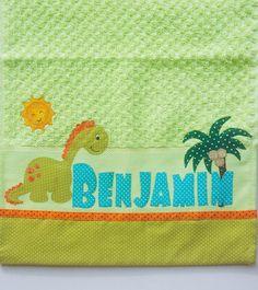 Toalhinha de boca Dinossauro, Dino  Caseado de mãe Patchwork Patterns, New Love, Baby Quilts, Pallet, Decoupage, Patches, Towel, Textiles, Cloth Diapers