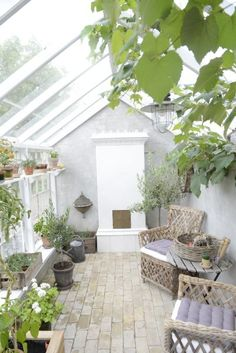 Drivhus med murede gavle - orangerie Indoor Outdoor Living, Outdoor Rooms, Garden Shed Interiors, Victorian Greenhouses, Home Greenhouse, Back Patio, Glass House, Outdoor Projects, Garden Planning