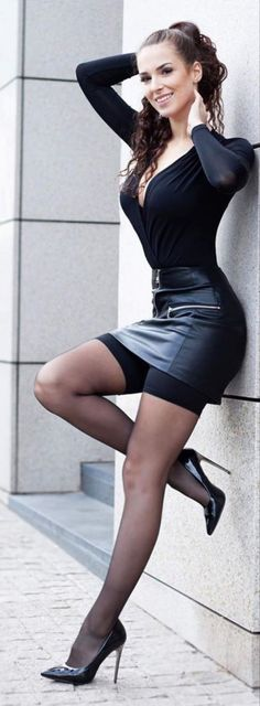 Cute Skirt Outfits, Cute Skirts, Sexy Outfits, Black Leather Pencil Skirt, Leather Skirt, Elegantes Outfit Frau, Women With Beautiful Legs, Frauen In High Heels, Pantyhose Outfits
