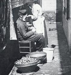 Een hofje in de buurt van het Oudeliedenhuis aan de Hoogstraat, Rotterdam, ca 1900