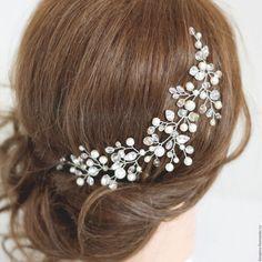 Купить или заказать Украшение свадебное для прически. Свадебные аксессуары в волосы. в интернет-магазине на Ярмарке Мастеров. Свадебное украшение из кристаллов, веточка для прически, свадебная прическа, украшение для невесты. _____________________________ Эта гибкая веточка из проволоки может быть универсальным украшением для любой прически и в любом месте прически. Можно аккуратно менять изгибы украшения по форме прически (сильно не перекручивать проволоку) Изготовлено из проволоки, бусин…