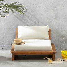 Lekker breeduit zitten in de loungestoel Villena van whkmp's own, gemaakt van duurzaam acacia hout. De loungestoel valt op door zijn lage zit en
