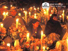 EL MEJOR HOTEL DE PÁTZCUARO. En Best Western Posada de Don Vasco, le invitamos a conocer la celebración de día de muertos según la tradición de los habitantes de Pátzcuaro, quienes acompañan durante toda la noche a sus difuntos en el cementerio a la luz de las velas y rodeados por altares que montan con la famosa flor de cempasúchil, fotografías y los alimentos preferidos por quienes han partido de este mundo. #hotelenpatzcuaro