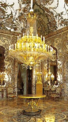 Royal Palace in Spain. Palace Interior, Luxury Interior, Interior And Exterior, Interior Design, Beautiful Castles, Beautiful Places, Antique Chandelier, Chandeliers, Grand Homes