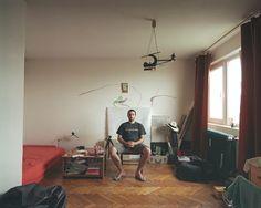 Seit drei Jahren bewohnt der Fotograf Bogdan Girbovan seine Einzimmerwohnung im zehnten Stock des Plattenbaus in einem der Außenbezirke von Bukarest. Die extravagante Deckenbeleuchtung, der bunt gestrichene Heizkörper und die Malereien an der Wand verraten den Künstler. Um die Vielfalt unter dem Dach eines Plattenbaus festzuhalten, lichtet er die Wohnungen seiner Nachbarn ab, die genau solche Einzimmerappartements bewohnen wie er selbst.