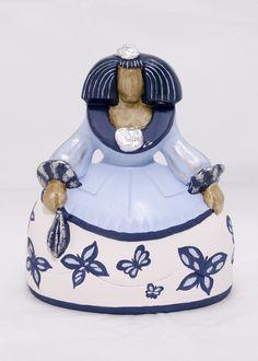 Menina decorada a mano con mariposas en azules. Creative Inspiration, Snow Globes, Pottery, Sculpture, Christmas Ornaments, Bottle, Holiday Decor, Crochet, Ideas