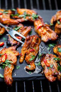 Pikantní grilovaný bůček Kung Pao Chicken, Tandoori Chicken, Grill Oven, Food 52, Bucky, Chicken Wings, Barbecue, Crockpot, Grilling