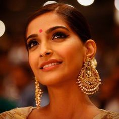 At a recent awards function Sonam Kapoor killed it in a traditional look with a beautiful house of Kotwara lehenga, stunning huge gold Chand balis, small bindi and big eyeliner. Absolutely gorgeous. What do you guys think? #chandbalis #sonamkapoor #sari #traditionallook