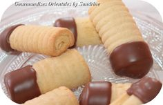 Présentation simple et nette, bien fondants, ces petits biscuits n'ont pas survécus longtemps ! Ingrédients pour 20 biscuits roulés : 250grs de farine 1/2 sachet de levure chimique 1 oeuf 125grs de sucre 100ml d'huile 1cc d'arôme vanille Décor : 100grs...