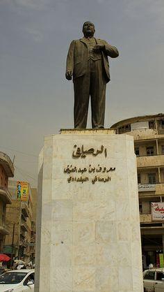 Statue of Iraqi poet Abdelghani Maarouf al Rusafi Baghdad, Iraq Photography Rasoul Ali تمثال الشاعر العراقي  معروف عبدالغني الرصافي العراق بغداد تصوير رسول علي