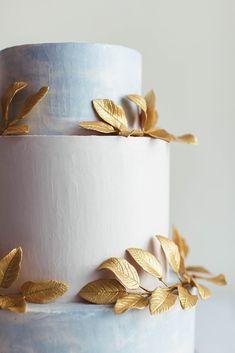 Water color wedding cake with gold leaf decorations | Simple buttercream wedding cake | Greek meets Modern Wedding Cake - Photography: Miriam Callegari | Boho wedding cake | #weddingcake #cake #cakedecorating #cakedesign #greek #weddings #golden #weddinginspiration #weddingideas