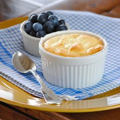 JULES FOOD...: Greek Yogurt Souffle   healthy and guilt-free cheesecake souffle.   80 calories  6.6 carbs  2.5 fat  2.3 sugar  7.4 protein
