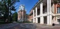 Grand Palais de Tsaritsyno - Construit de 1786 à 1796 sur les plans de l'architecte Matveï Kazakov à la place de petits palais construits par Vassili Bajenov et qui avaient déplus à Catherine II. En 1796, le Palais est laissé inachevé, il ne sera terminé que de 2003 à 2007.