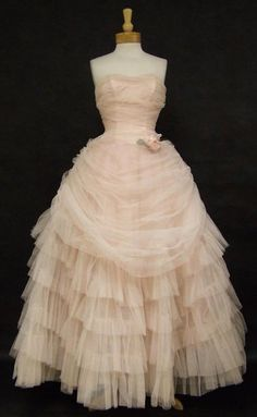 Authentic vintage clothing and eyewear from the and Gorgeous selection of vintage evening wear, vintage prom dresses and vintage wedding dresses, plus suits, sun dresses and more! Vintage Prom, Moda Vintage, Vintage Gowns, Vintage Outfits, Vintage Clothing, Dress Vintage, 1950s Prom Dress, Prom Dresses, Wedding Dresses