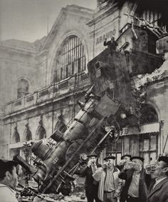 The train wreck at Montparnasse, Paris in The locomotive crashed through a wall and the first few cars fell towards the street below. Amazingly, only a few passengers and train employees were injured, though one pedestrian on the road below was killed. Old Pictures, Old Photos, Famous Pictures, Funny Pictures, Foto Fashion, Old Trains, Vintage Trains, Train Tracks, Interesting History