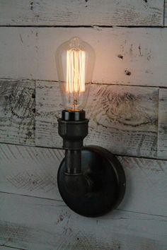 Conception sur mesure et individuelle applique murale rétro SteamPunk. Cette applique murale a un raccord à vis Edison et monte sur le mur avec le traditionnel cachés fixations murales sur une plaque murale de 120 mm dia. Luminaire est pour usage intérieur seulement.  Autres modèles sont disponibles sur demande.  Ampoules Edison montrés sur les photos sont uniquement à des fins décoratives et ne font pas partie de lachat, je suis si en mesure de fournir des ampoules ES sur demande.  Sil vous…