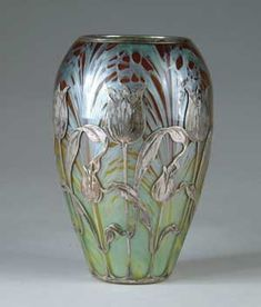 This is a vase from the art nouveau period. It was created in the early twentieth century by 'Loetz', which was the premier Bohemian art glass manufacturer during the art nouveau period. Belle Epoque, Antique Glass, Antique Art, Antique Rings, Cristal Art, Design Art Nouveau, Jugendstil Design, Keramik Vase, Objet D'art