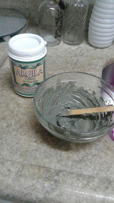 Máscara de argila verde!! Basta acrescentar água filtrada em um pouco de argila verde (encontada em casas de produtos naturais) e passar no rosto até secar. Depois é só enxaguar e pronto. Ideal fazer de 1 a 2 vezes por semana