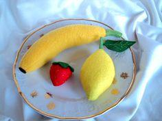 """Ovoce Ovoce z plsti a flízu. Hračka do dětské kuchyňky či obchůdku, didaktická pomůcka. banán: 16 cm - délka ( bez zelené """" stopky"""") citron: 9 cm jahoda: 4 cm Cena za celou sadu 3 kusů ovoce."""