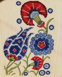 This Pin was discovered by GÖN Cross Stitch Love, Cross Stitch Designs, Cross Stitch Patterns, Cross Stitch Embroidery, Hand Embroidery, Cross Stitch Cushion, Bargello, Handicraft, Needlework