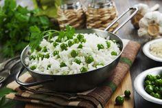 Eine leckere und einfache Beilage ist ein #risibisi. Omas #rezept für diesen Erbsenreis wird nit einer #brühe zubereitet. Dadurch bekommt der Reis einen leckeren Geschmack. #omas1eurorezepte #risibisireis #erbsenreis #rezepte #rezeptefürjedentag #gesundessen #gesundeernährung #gesunderezepte Feta, Grains, Rice, Cheese, Health, Noodles, Potato, Rice Dishes, Side Dishes